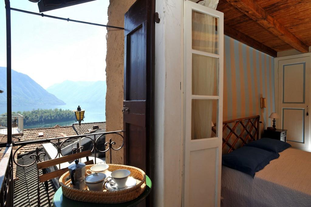 Comer See Ossuccio charakteristisches Haus mit Balkon und Seeblick